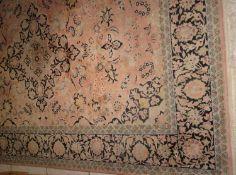 fein gewebter Orientteppich, mit Gebrauchsspuren. Bitte besichtigen! Maße: Länge ca. 2,80 m, Brei