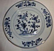 antiker chinesischer Teller, Durchmesser ca. 23 cm, ohne Marke, 18./19. Jahrhundert. Mit Wandaufhä