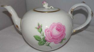 Meissen, 1 Teekanne, Meissner Rote Rose. 2. Wahl / 2 Schleifstriche. Länge ca. 25 cm, Höhe ca. 1