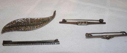 Lot Broschen, 835er Silber, insgesamt 4 Stück. Gewicht ca. 9,7 grLot of brooches, 835 silver, 4 pi