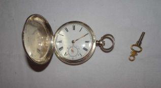 silberne Taschenuhr mit aufklappbarem Gehäuse. Schlüsselaufzug / Schlüssel dabei. Uhr läuft an.