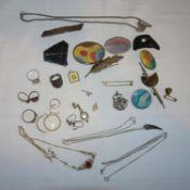 Lot Modeschmuck, dabei Broschen, Ketten, etc.Lot of costume jewelry, including brooches, chains, et