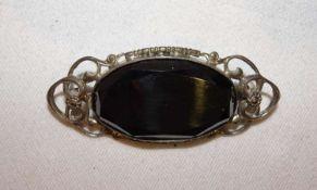 ausgefallene Brosche, mit ausgefallenem Edelstein in 835er Silbermontur. Länge ca. 5,5 cmunusual b