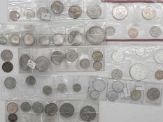 Lot Münzen aus aller Welt. Dabei China, Australien, Frankreich, Estland, St. Tome, USA, Kanada, Ru