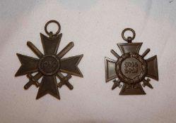 2 Abzeichen 2. Weltkrieg, 1x Ehrenkreuz für Frontkämpfer, sowie 1x Kriegsverdienstkreuz mit Schwe