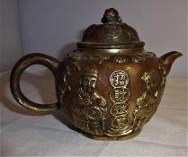 Teekanne China, Bronze, kugeliger Korpus, mit halbplastischen Darstellungen. Deckel mit vollplastis