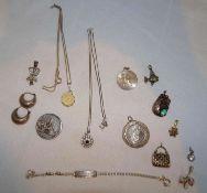 Lot Silberschmuck, verschiedene Legierungen. Dabei Anhänger, Ketten, Ohrringe, etc. Gesamtgewicht