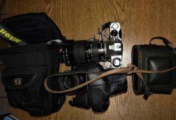 1 Lot Kamera und Objektive, dabei eine Pentax mit großem Objektiv 28/135 mm, sowie eine Plastikkam