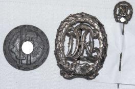 Konvolut 3 Teile 3. Reich DRL Reichssportabzeichen, entnazifiziert. Dazu Anstecknadel Bronze und An