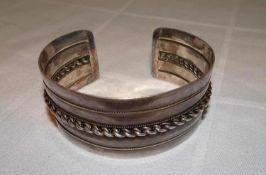 Armreif, 835er Silber. Offene Ringschiene. Gewicht ca. 45,4 gr.Bangle, 835 silver. Open ring band.