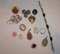 Lot alter Modeschmuck, dabei Broschen, Anhänger, etc.Lot of old fashion jewelry, including brooche