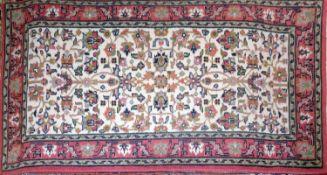 kleiner Orientteppich, Läufer Indien, Provinz Canchon, mit Gebrauchsspuren. Maße: Länge ca. 140