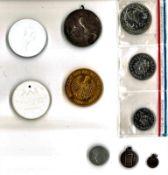 Lot Münzen und Medaillen alle Welt, dabei auch 2x Meissen, sowie 1 Münzsatz Frz. Polynesien, etc.