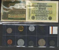 Ein Münzalbum gefüllt mit Umlaufmünzen, dabei auch ältere Stücke, meist Europa.A coin album fi