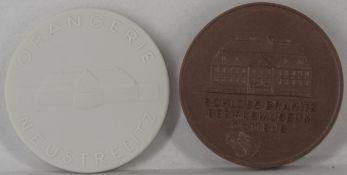"Zwei Porzellan - Medaillen ""Schloss Branitz Bezirksmuseum Cottbus - Seepyramide im Branitzer Park"""