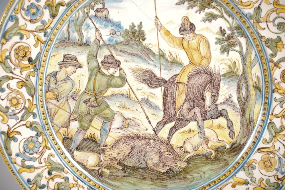 An Italian Castelli Majolica dish, 17th/ 18th century, decorated with a boar hunt, 23cm diameter. - Image 6 of 6
