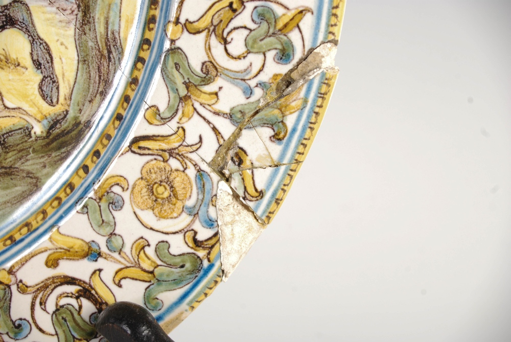 An Italian Castelli Majolica dish, 17th/ 18th century, decorated with a boar hunt, 23cm diameter. - Image 5 of 6