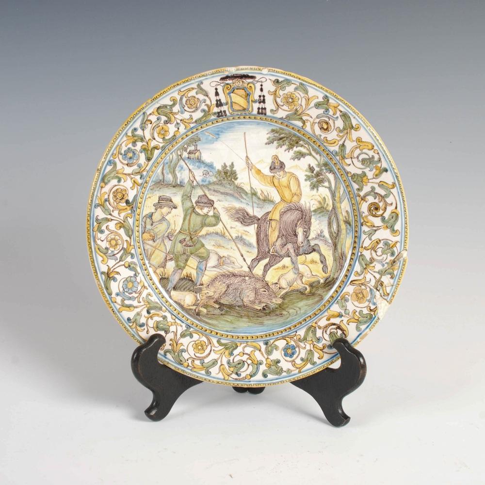 An Italian Castelli Majolica dish, 17th/ 18th century, decorated with a boar hunt, 23cm diameter.
