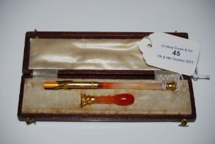 A YELLOW METAL MOUNTED AGATE INK PEN AND MATCHING SEAL STAMP WITH BLANK MATRIX IN ORIGINAL FITTED