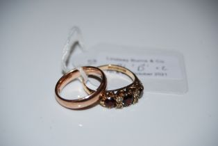 A 9CT GOLD WEDDING RING TOGETHER WITH A 9CT GOLD GARNET AND DIAMOND CHIP DRESS RING, GROSS WEIGHT