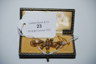 A YELLOW METAL AND SPLIT PEARL BAR BROOCH, STAMPED '15CT', GROSS WEIGHT 5.5 GRAMS