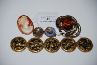 A LATE 19TH CENTURY YELLOW METAL OPEN SCROLL WORK BROOCH SET WITH FACET CUT CITRINE, YELLOW METAL