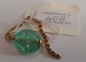 AN EMERALD TUMBLED POLISHED STONE PEBBLE MOUNTED ON PART YELLOW METAL CHAIN