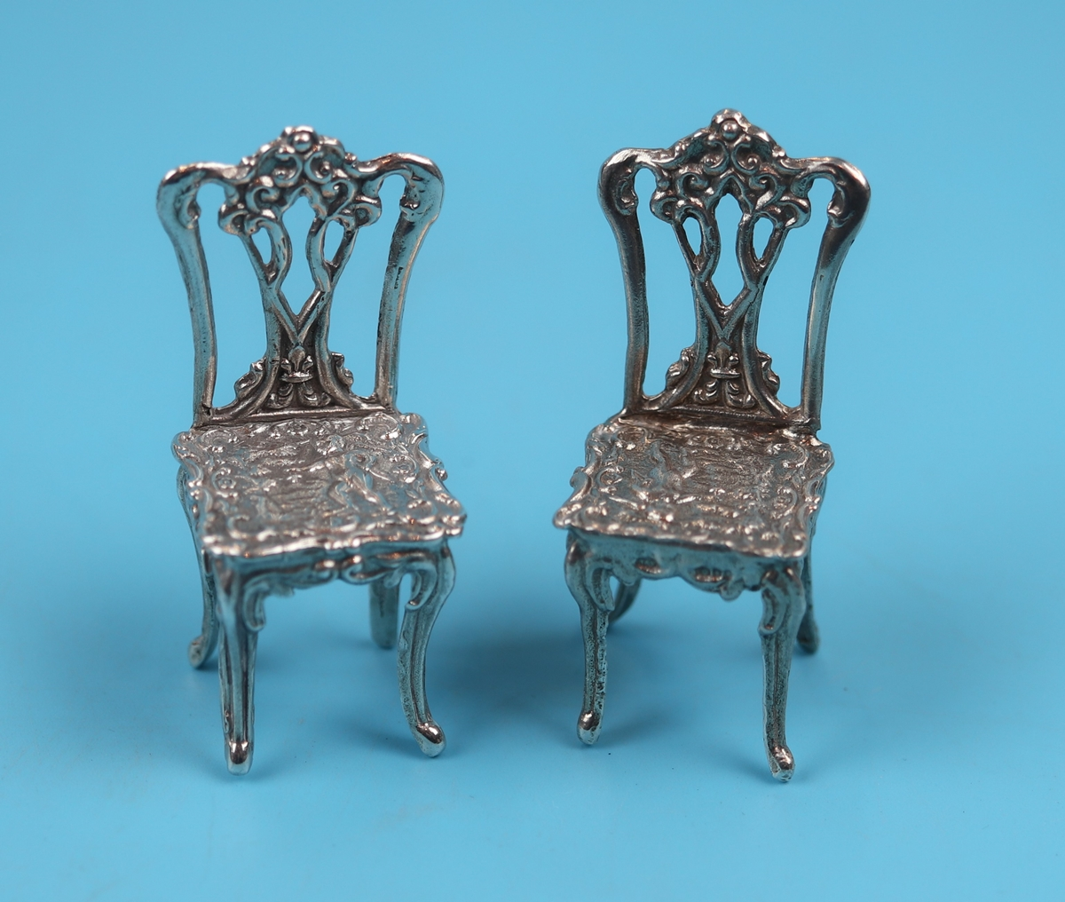 Pair of small hallmarked silver chairs - H: 5.5cm
