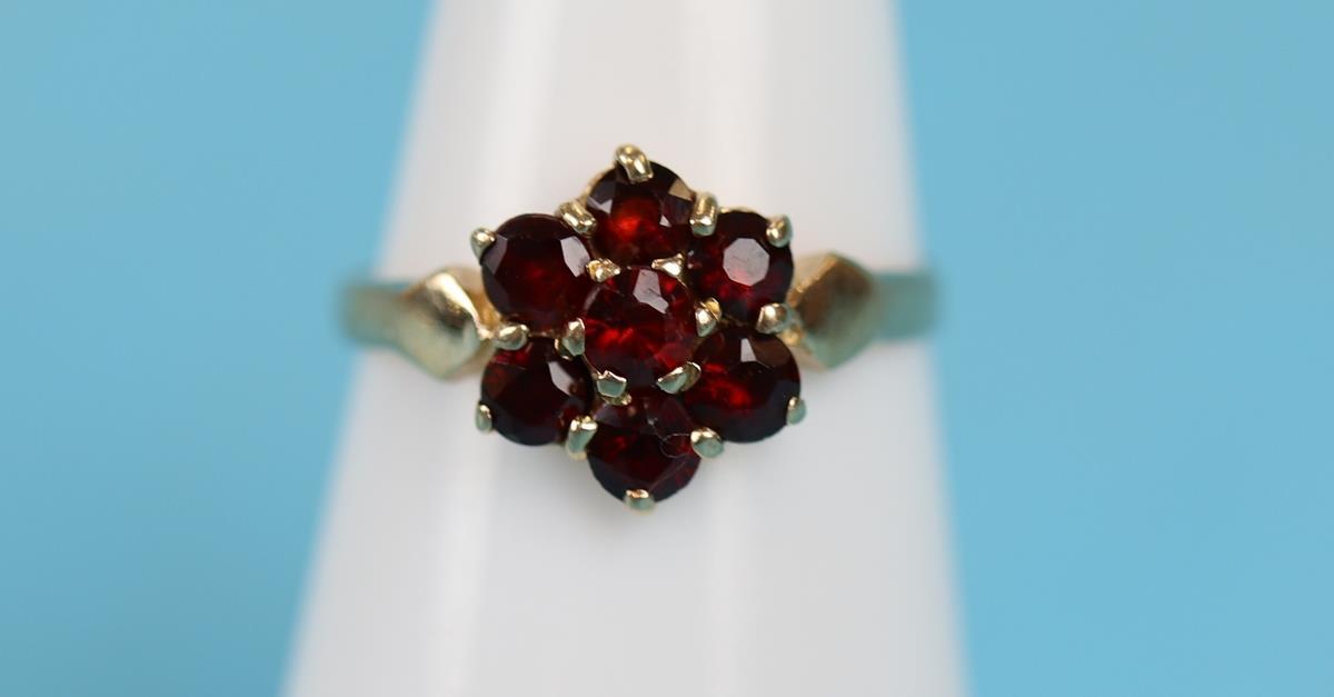 Gold garnet cluster ring - Image 2 of 3