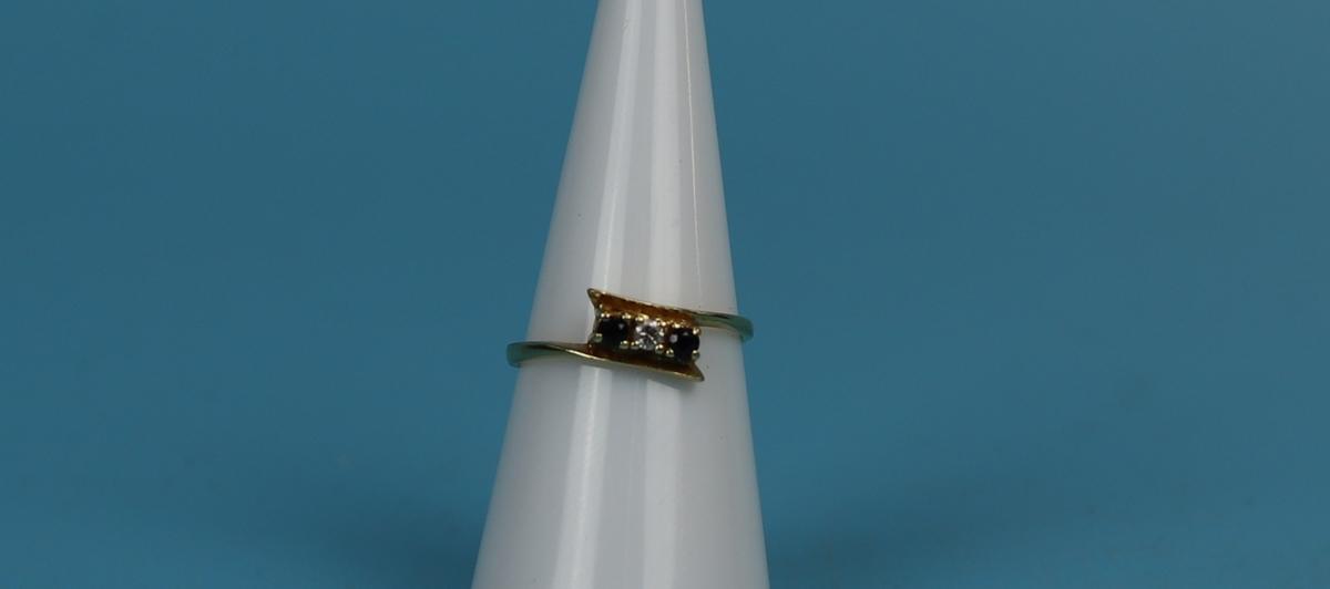 18ct gold 3 stone sapphire & diamond ring
