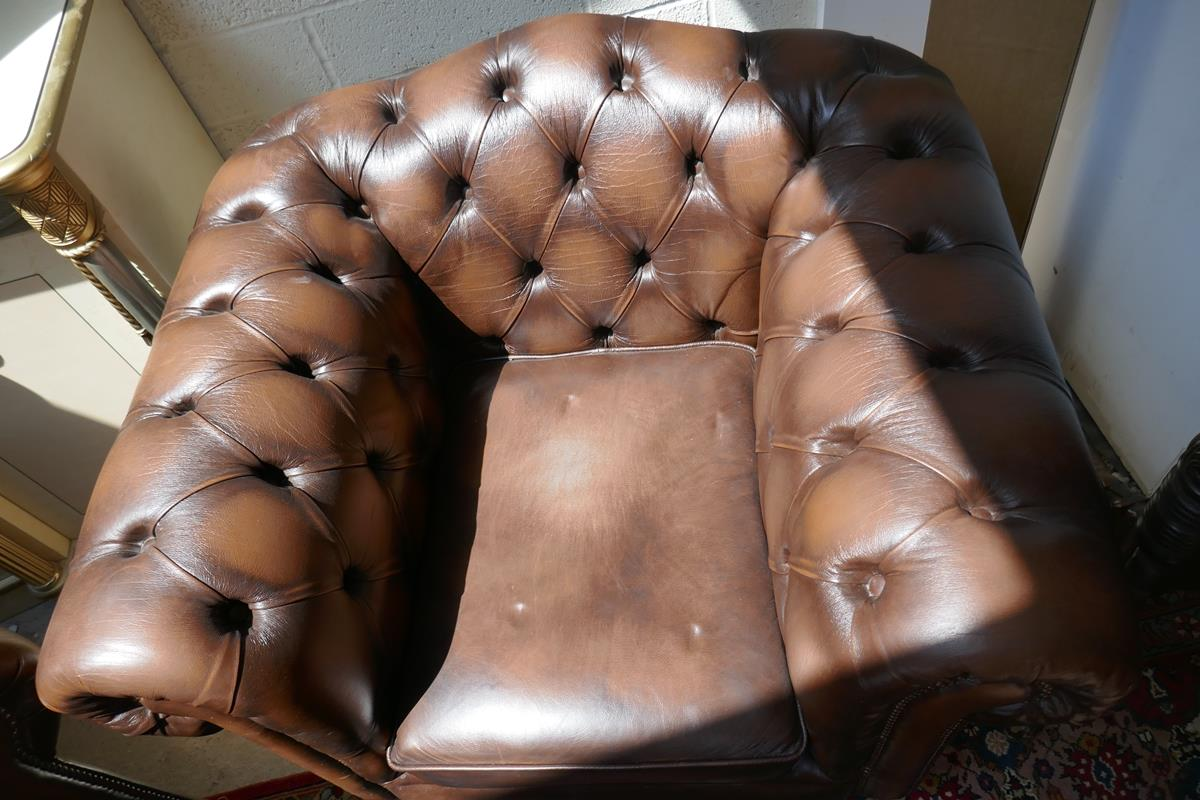 Brown leather Chesterfield 2 piece suite - Image 3 of 8