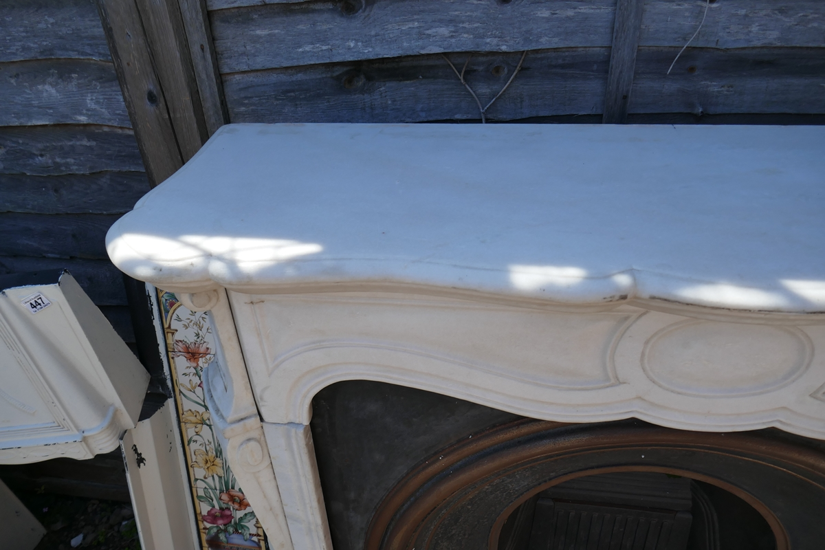 Cast iron fire insert with marble surround - W: 124cm D: 38cm H:105cm - Image 3 of 5
