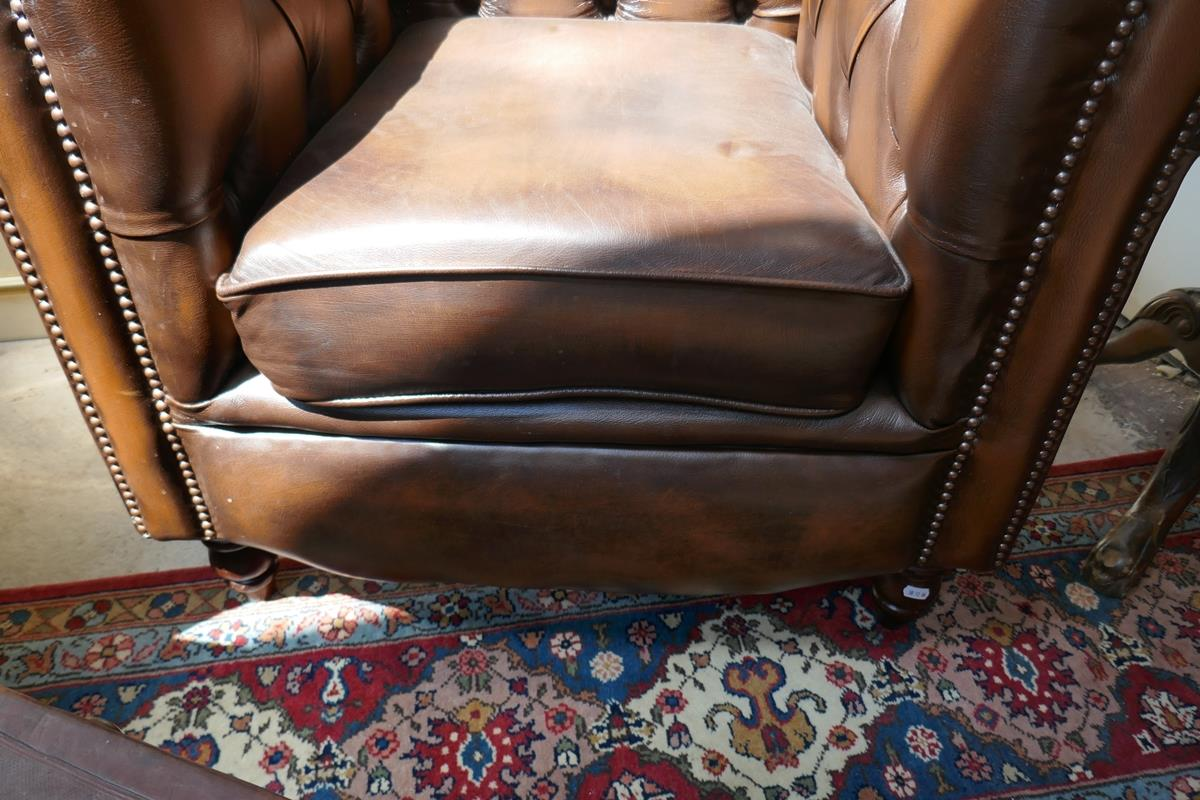 Brown leather Chesterfield 2 piece suite - Image 4 of 8
