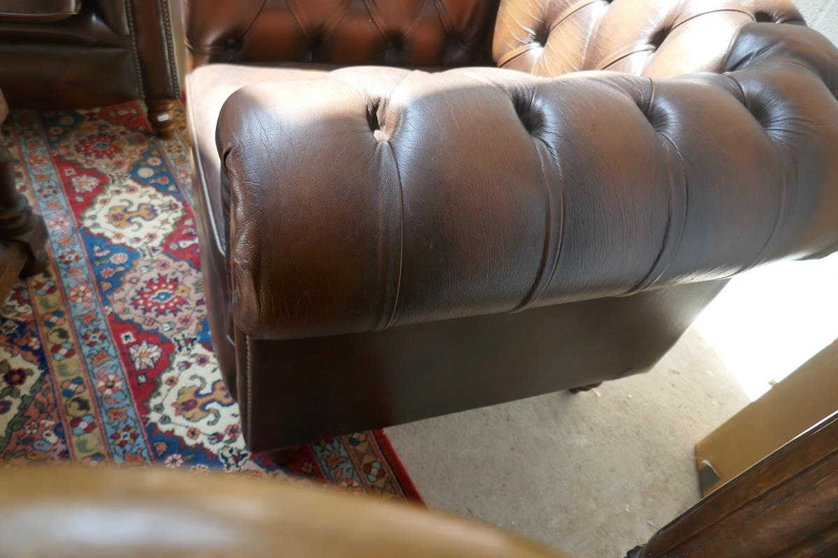 Brown leather Chesterfield 2 piece suite - Image 6 of 8