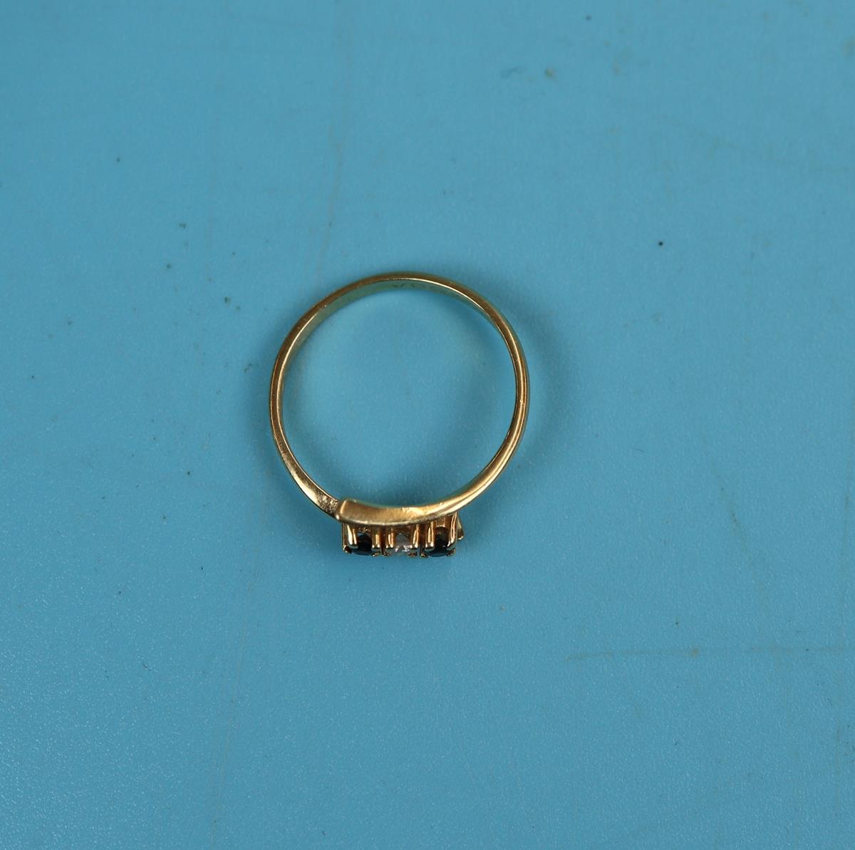 18ct gold 3 stone sapphire & diamond ring - Image 2 of 2