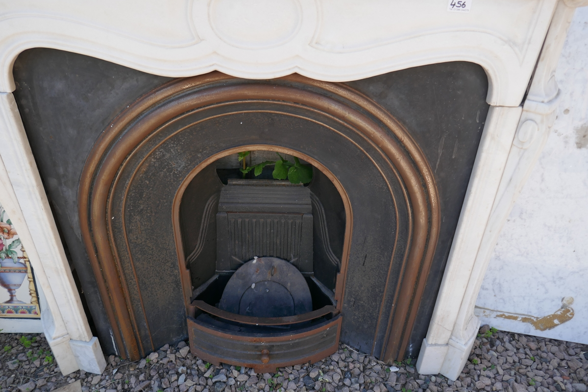 Cast iron fire insert with marble surround - W: 124cm D: 38cm H:105cm - Image 5 of 5