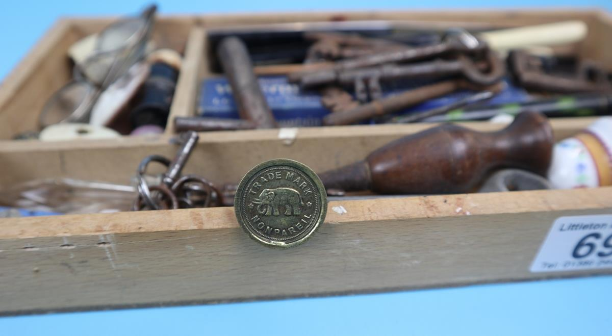 Collection of curios & collectables to include keys, postage scales etc - Image 11 of 11