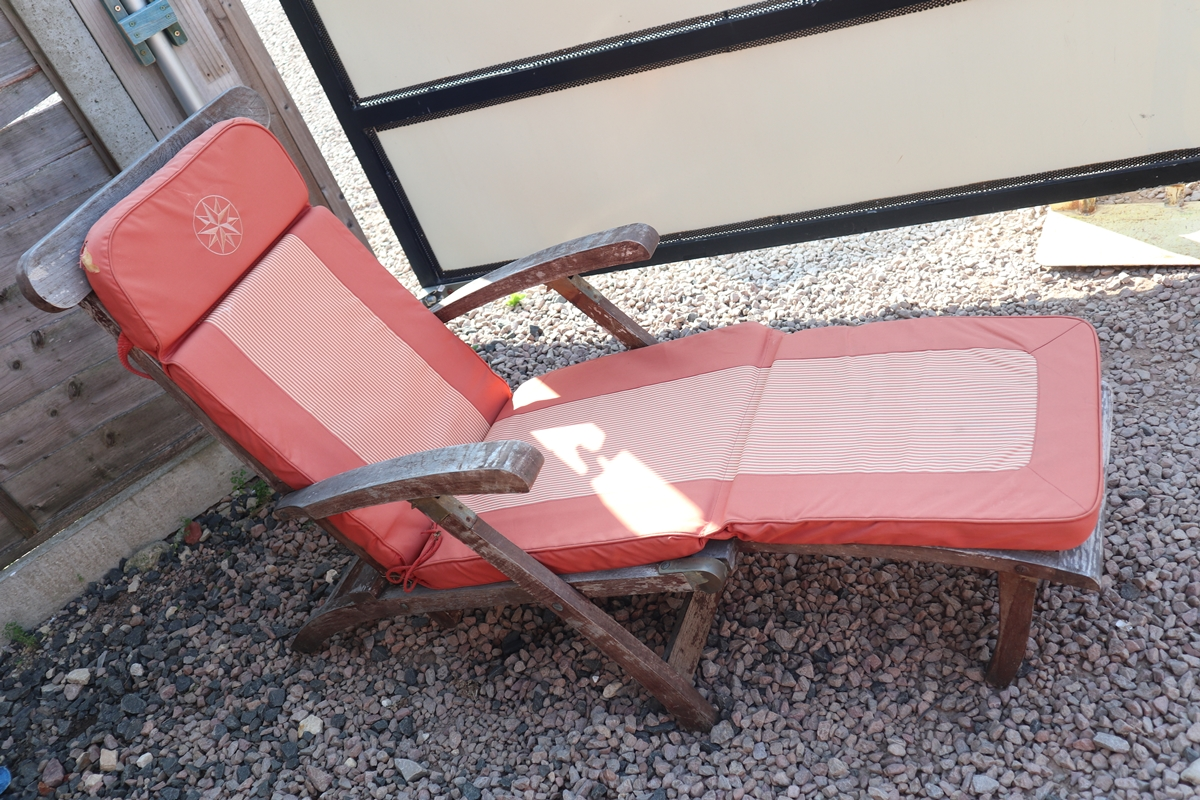 Reclining teak steamer chair with cushion - Image 5 of 6