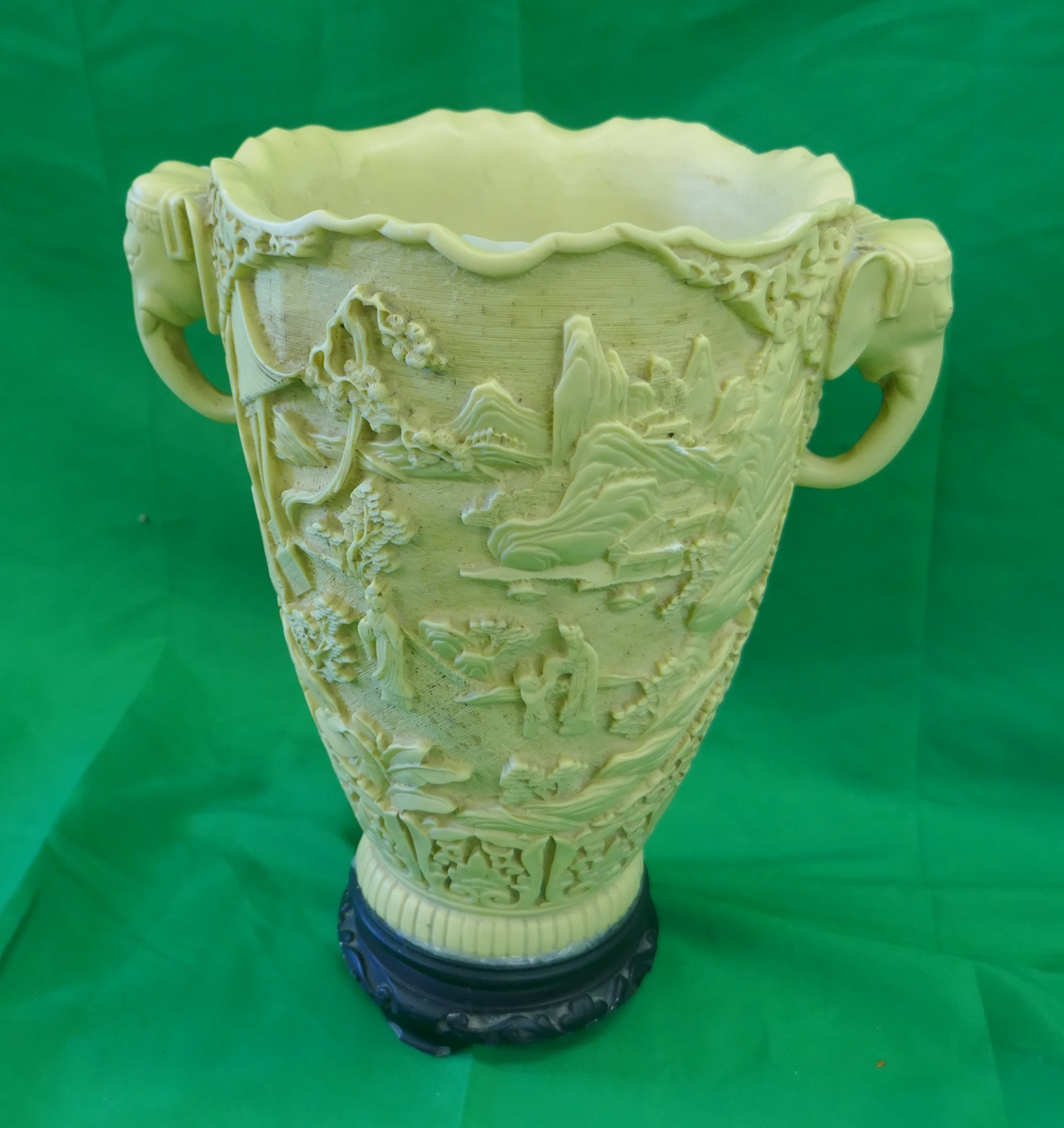 Unusual vase depicting elephants - Approx H: 31cm