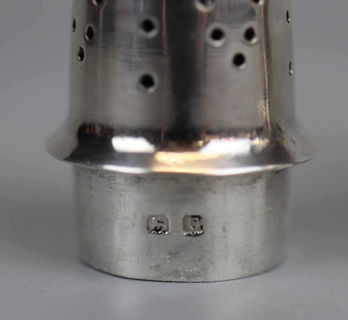 Hallmarked silver pepper pot - Charles Wilkes - 1927 - Approx 50g - Image 3 of 3