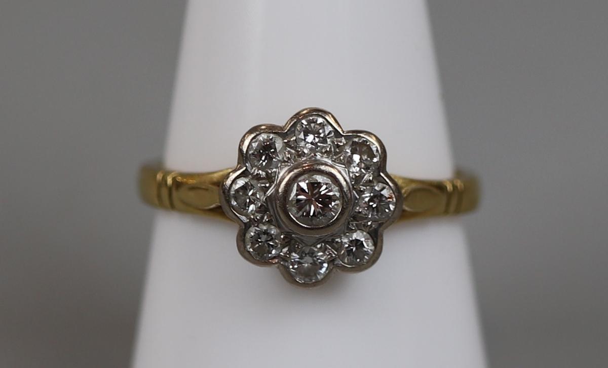 18ct gold diamond set daisy ring (size P½)