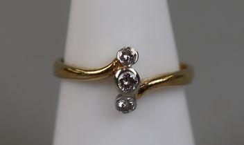 18ct gold 3 stone diamond ring (size M)