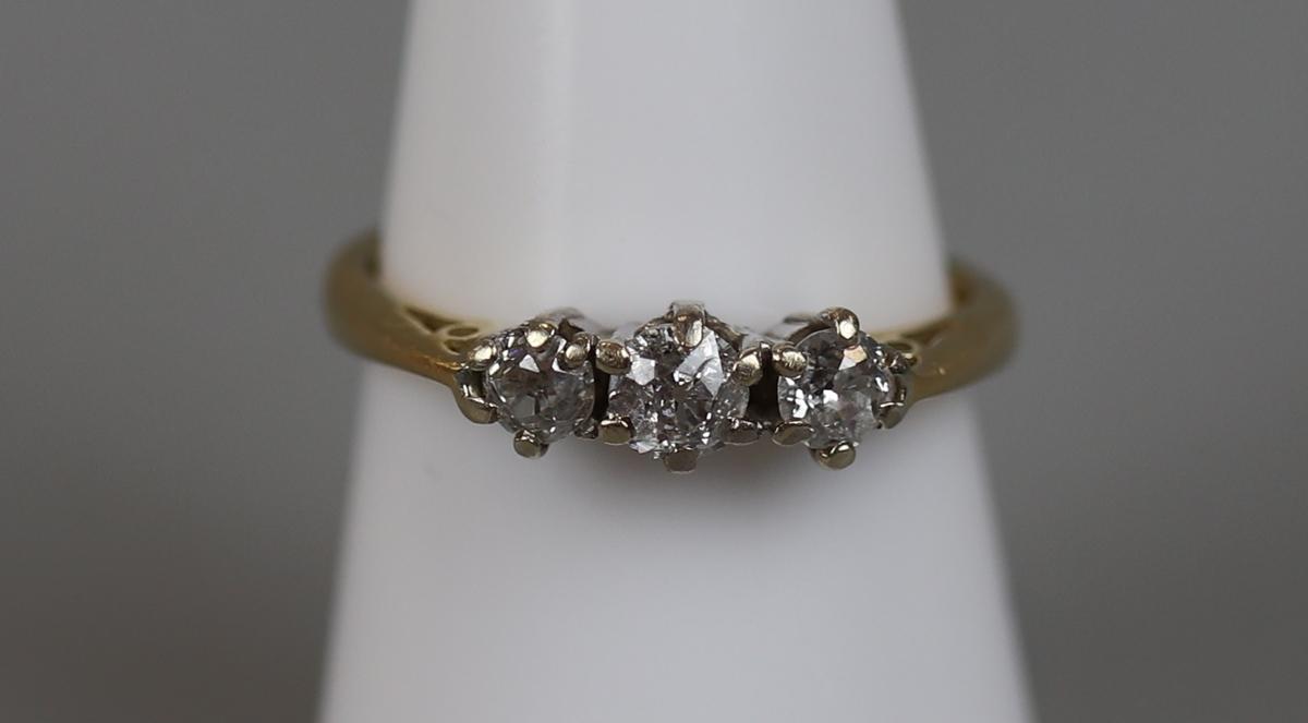 18ct gold 3 stone diamond ring (size N½)