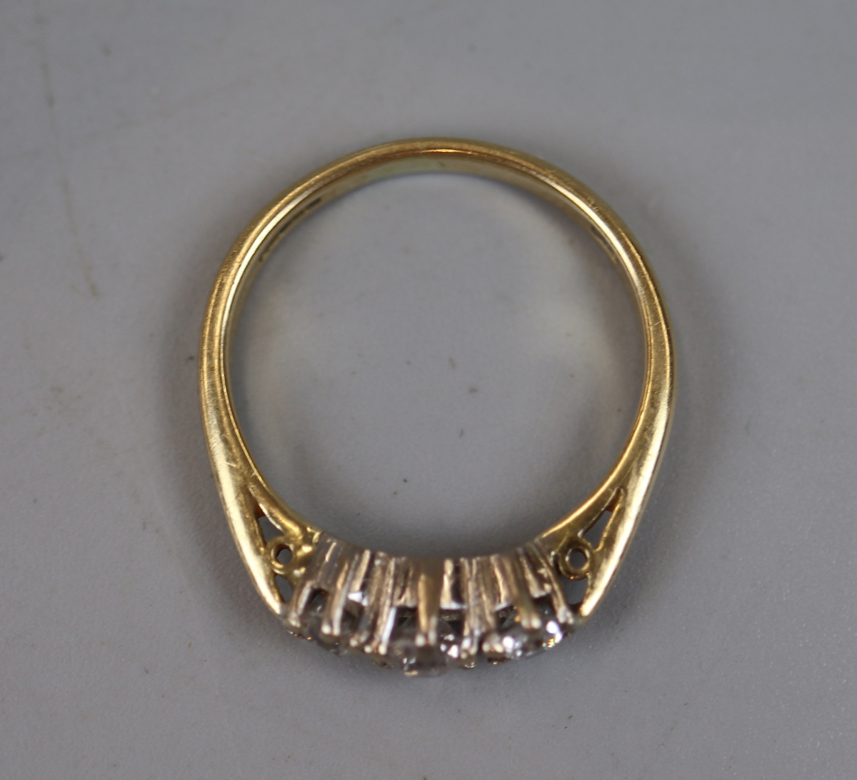 18ct gold 3 stone diamond ring (size N½) - Image 2 of 2