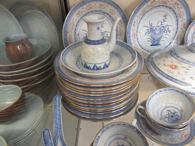 A ten place setting of Chinese rice pattern table ware CONDITION REPORT: No apparent - Image 2 of 8