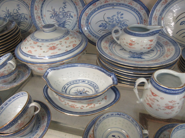 A ten place setting of Chinese rice pattern table ware CONDITION REPORT: No apparent - Image 3 of 8