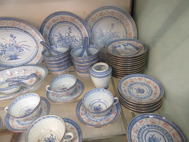 A ten place setting of Chinese rice pattern table ware CONDITION REPORT: No apparent - Image 6 of 8