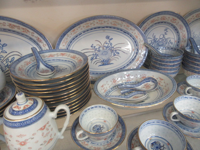 A ten place setting of Chinese rice pattern table ware CONDITION REPORT: No apparent - Image 5 of 8