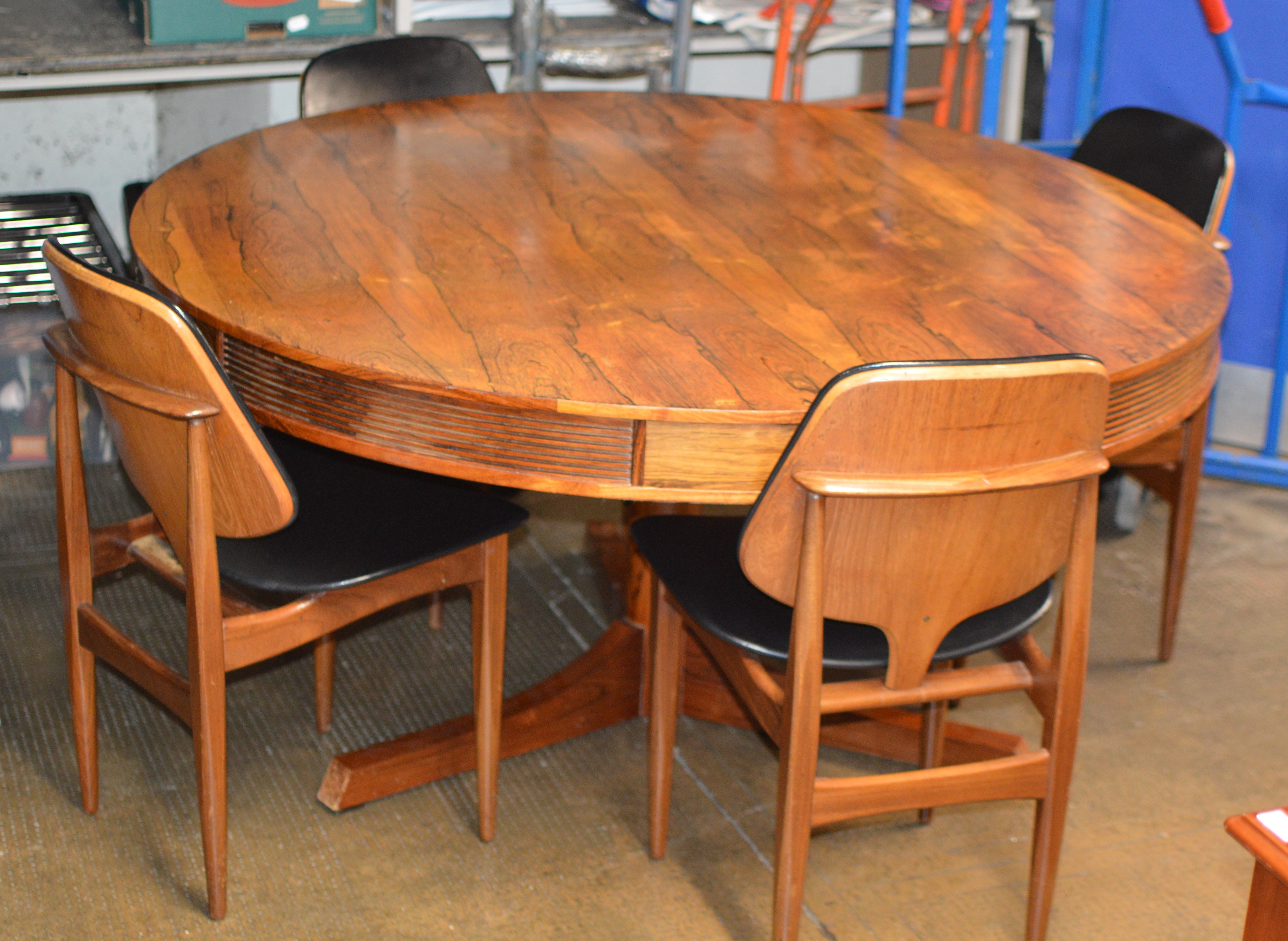 MID CENTURY ROSEWOOD DINING TABLE WITH 4 RETRO TEAK PADDED CHAIRS
