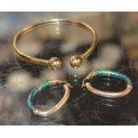 PAIR OF 9 CARAT GOLD JADE EARRINGS & YELLOW METAL BANGLE - APPROXIMATE WEIGHT = 13 GRAMS